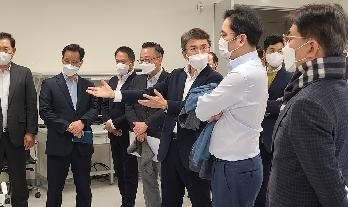 Vice Chairman Jay Y. Lee Inspects the Technologies of the Future in Samsung Research